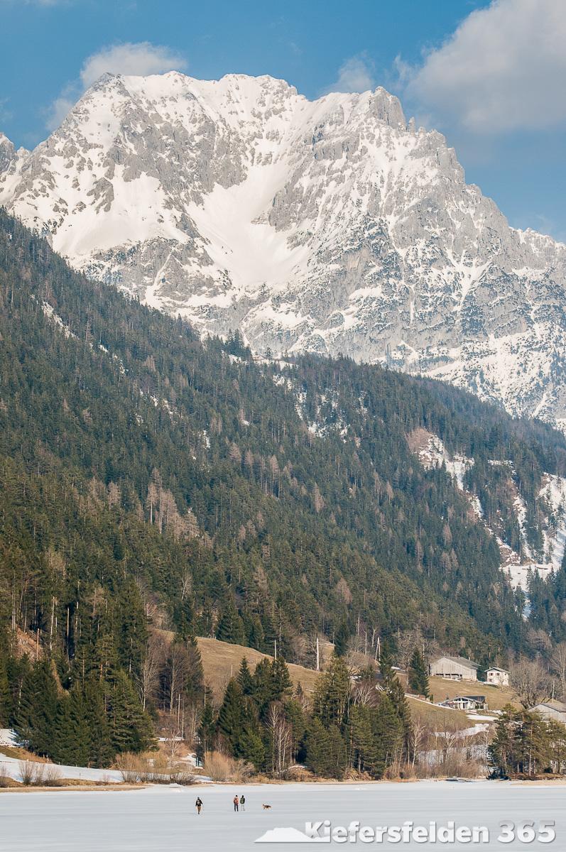 14.03.2015 - Wanderer auf dem Hintersteiner See am Wilden Kaiser