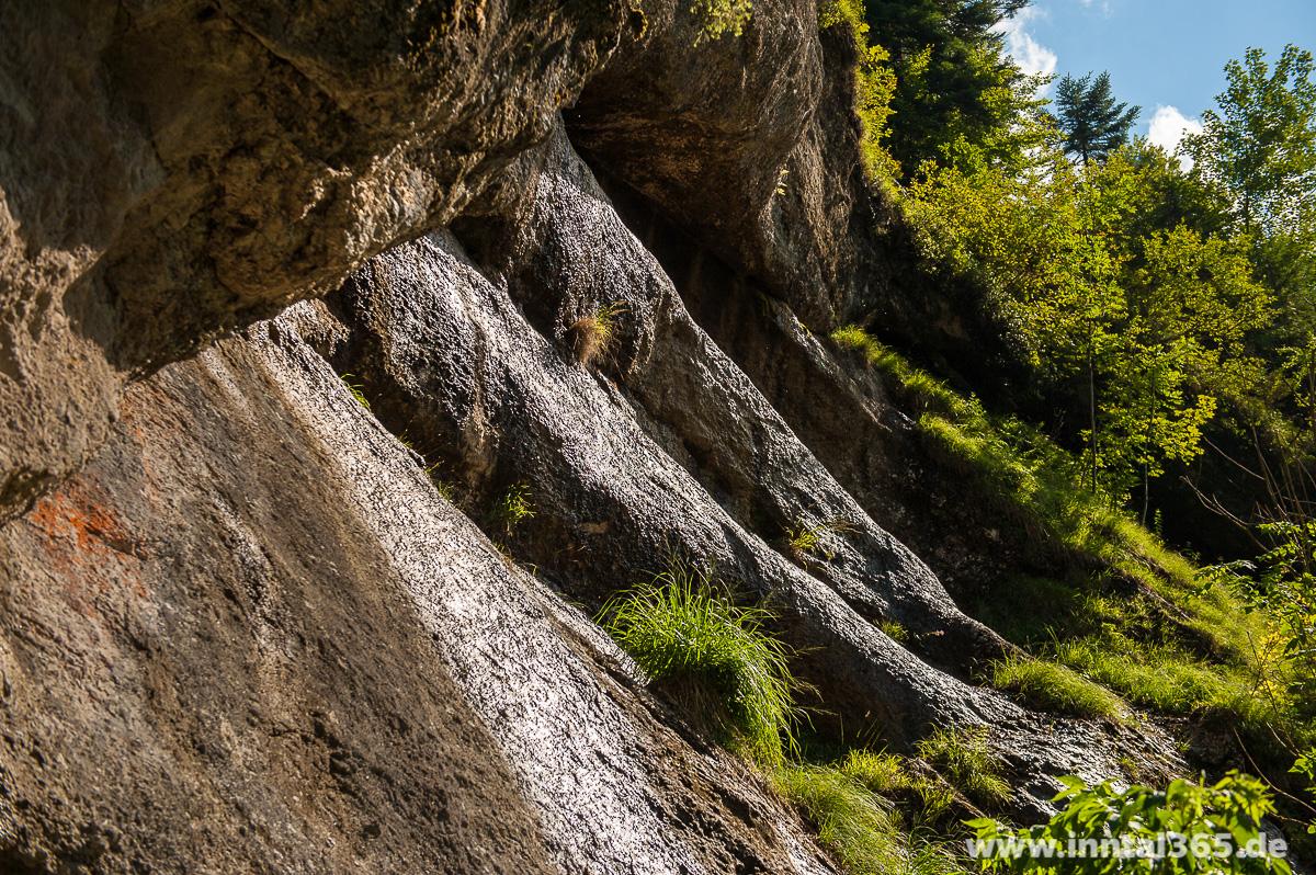 18.09.2015 - Wasser rinnt glitzernd über die Felsen