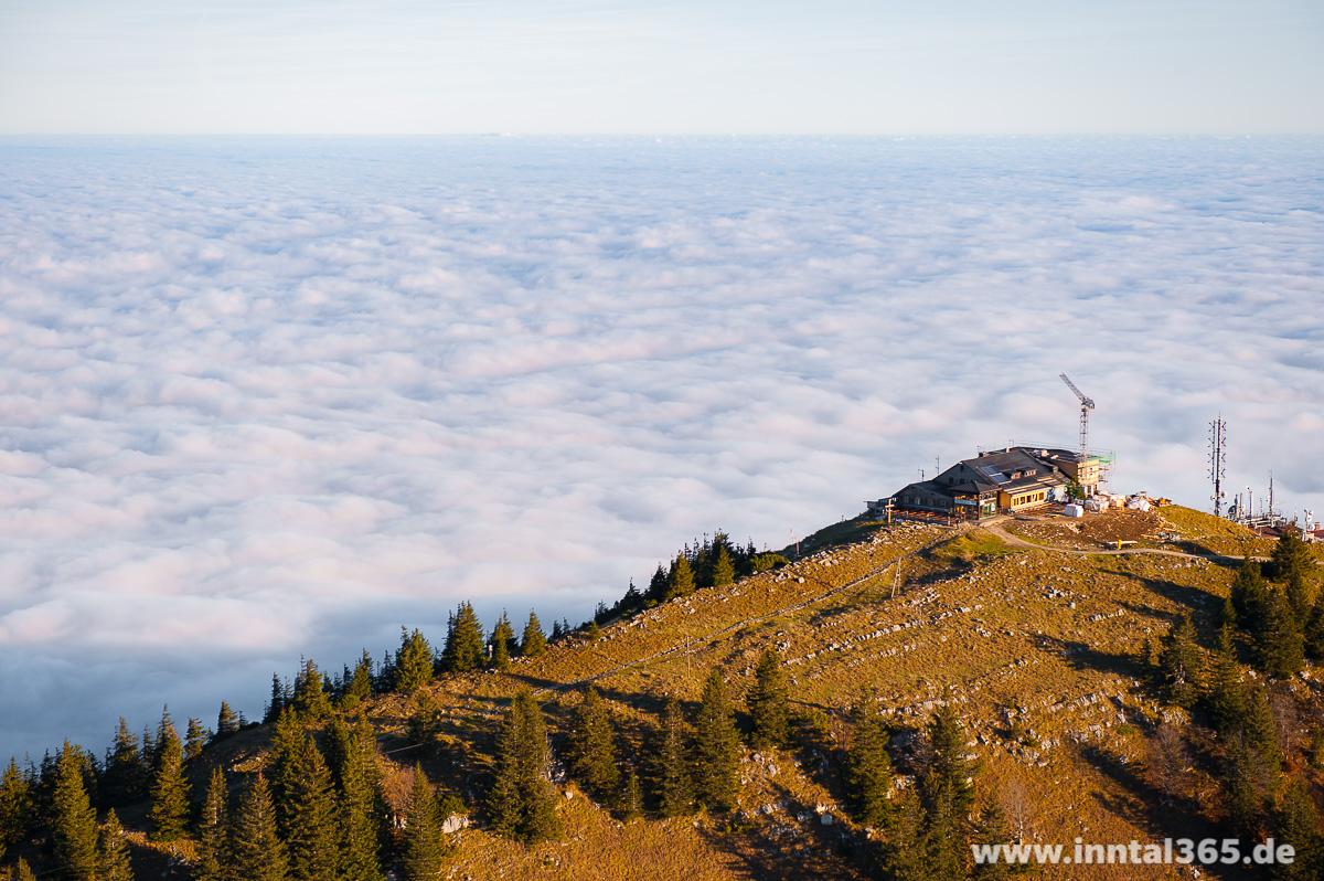 24.10.2015 - Die Hochrieshütte schaut über ein endloses Wolkenmeer nach Norden.