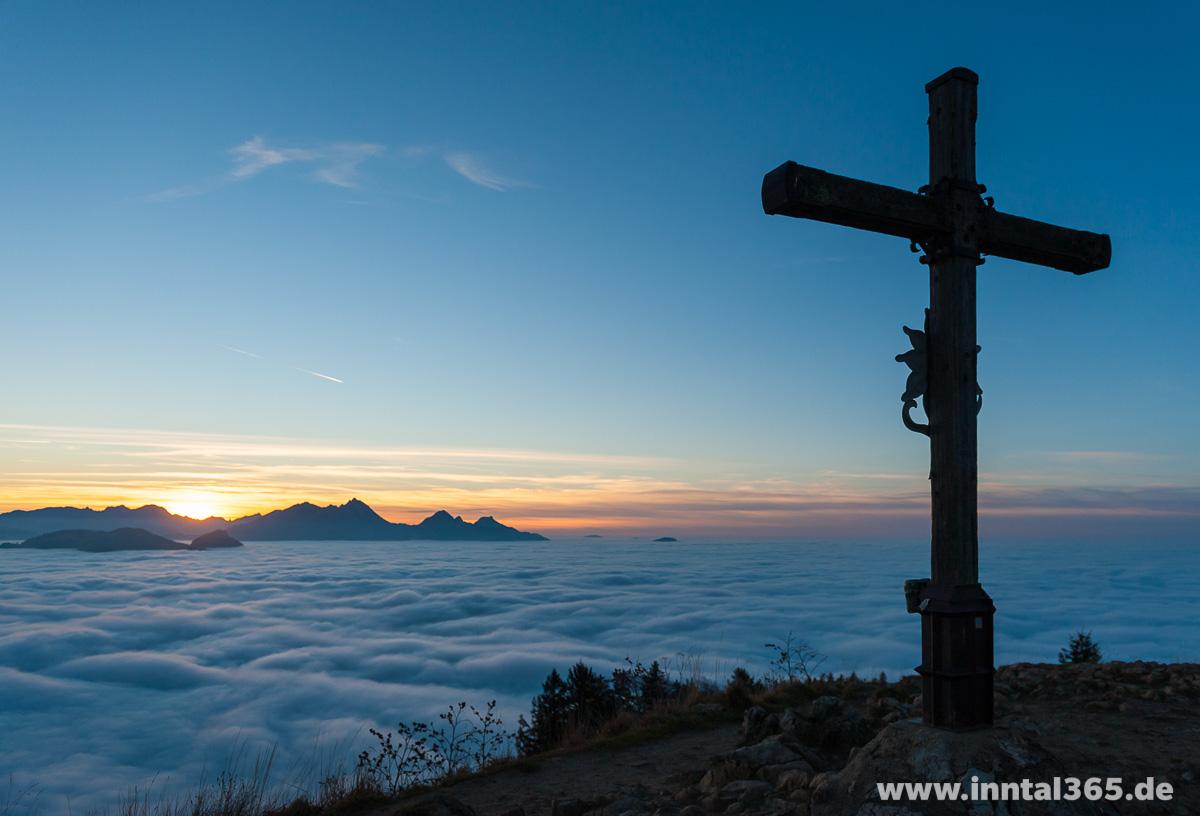 21.11.2015 - Gipfelkreuz Heuberg über den Wolken.