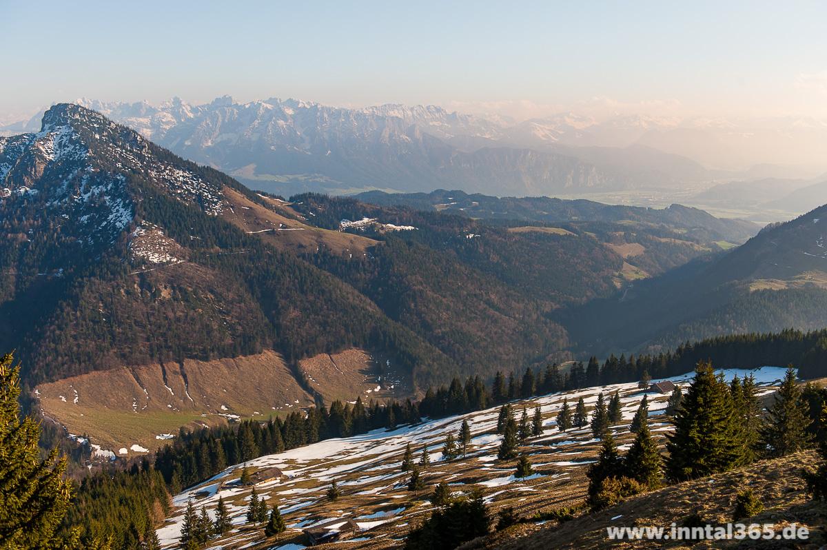11.04.2016 - Am Feichteck-Gipfel, Blick Richtung Spitzstein und Kaisergebirge. Im Vordergrund links die Feichteck-Alm.