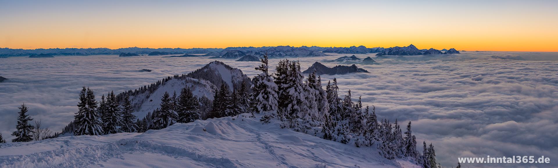 16.11.2016 - Abenddämmerung an der Hochrieshütte. Panorama mit Blick Richtung Süd-West.